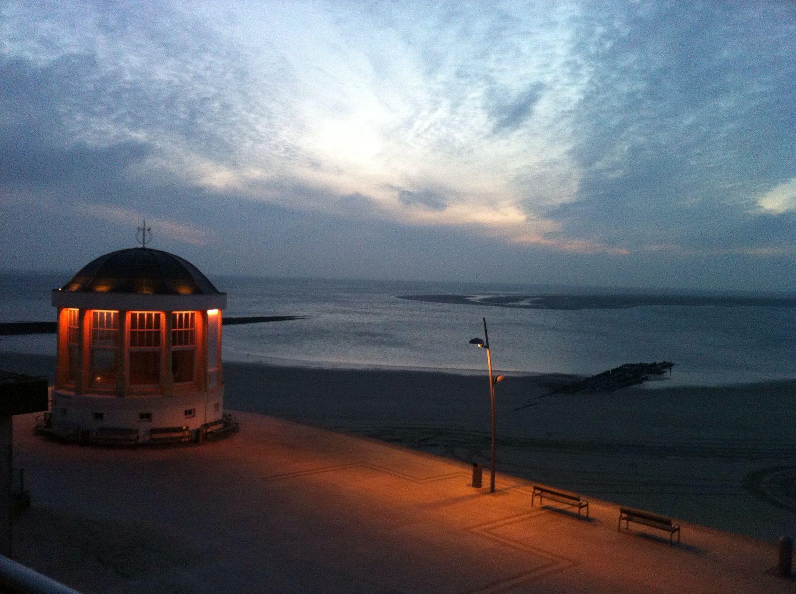 Strandpromenade in der Abenddämmerung