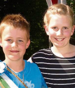 Das Kinderkönigspaar Hendrik Will (8) und Josefine Bücker (10)