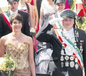 Glanzvolle Königspaare bei einem herausragenden Festumzug: Am Sonntag strahlte das Jungschützen-Königspaar Sebastian Lips und Martina Fehlhaber von einem Ohr bis zum anderen