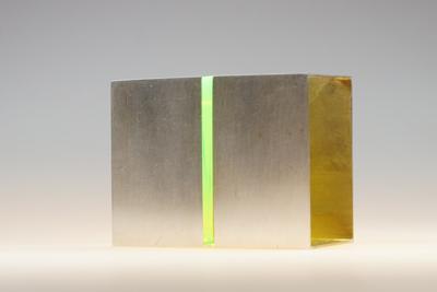Grüner Spalt - Brosche, 935er Silber, innen vergoldet, Acrylglas fluoreszierend, 2018