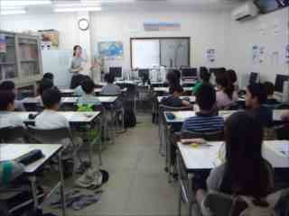 おはようございます!塾長挨拶が終わり、先生からの諸注意です。みんな背筋が伸びています!!