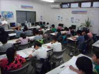 算数のテストが始まりました。みんな真剣です。がんばれ!!