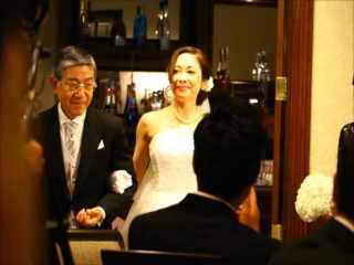 お父様とご一緒に花嫁の入場です。割れんばかりの拍手、拍手。