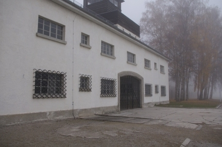 Jourhaus mit Haupteingang des ehemaligen Häftlingslagers