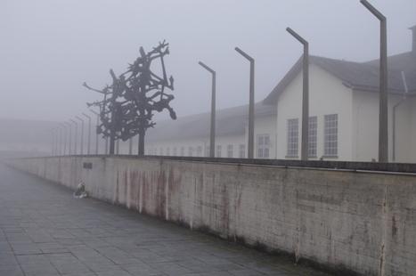 Im Hintergrund das ehemalige Wirtschaftsgebäude