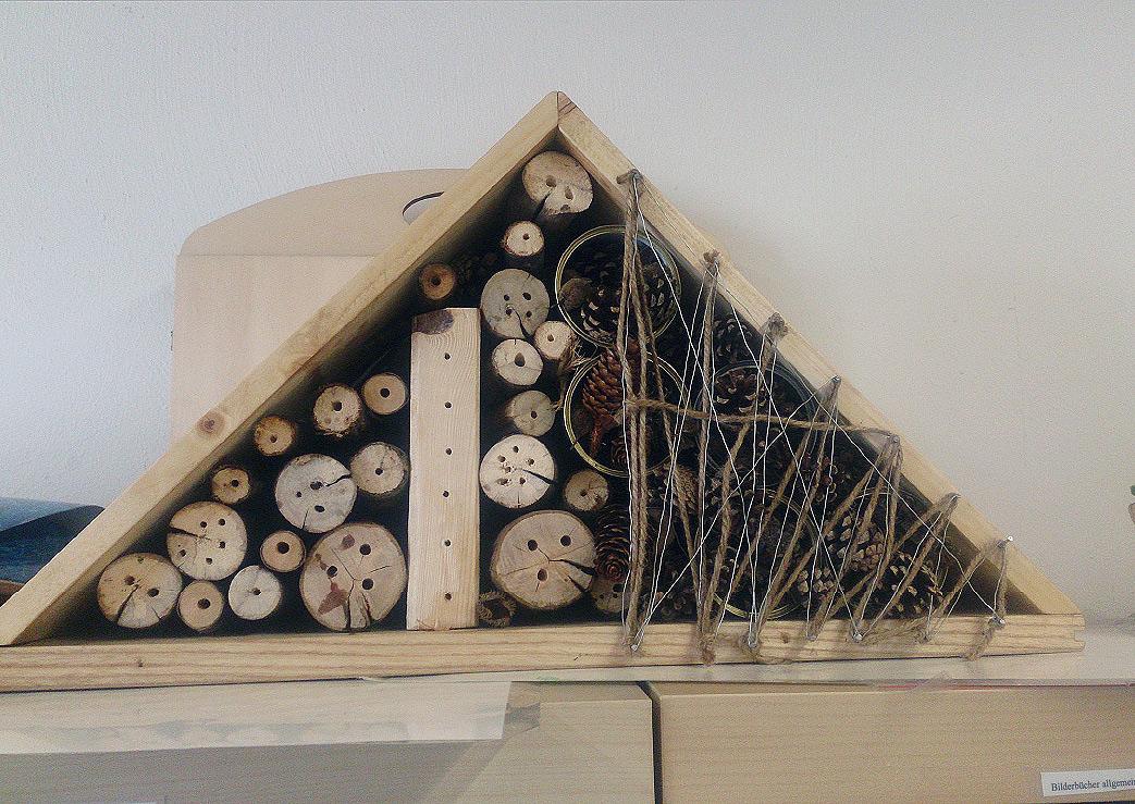 """Das fertige """"Insektenhotel"""" mit Zimmern für große und kleine Insekten."""