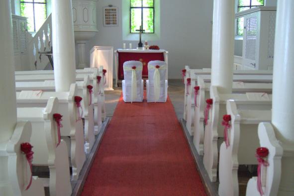 Eine Traumhochzeit mit roten Rosen, Kirchenschmuck, Bankschmuck, Altargesteck