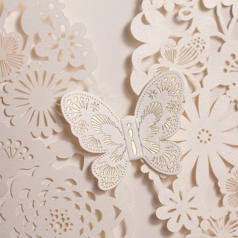 Lasercut Karte #C0073 in White, Schmetterling mit Heißfolienprägung in Gold