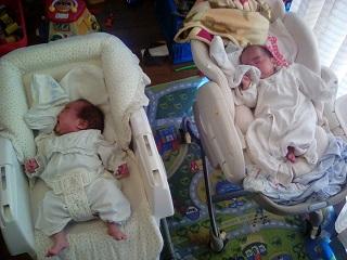 双子、赤ちゃんの冬の服、自宅