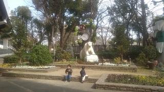 天王寺動物園で休憩する兄弟