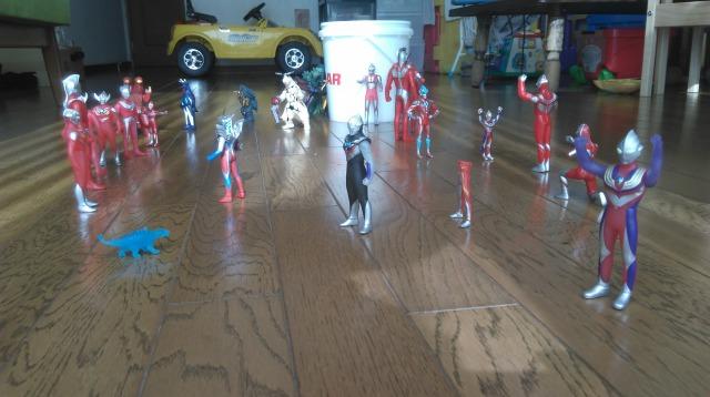 ウルトラマンフィギュアの遊び方並べる