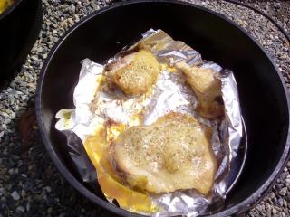 こんがり 鶏もも肉 皮が美味い ダッチオーブン