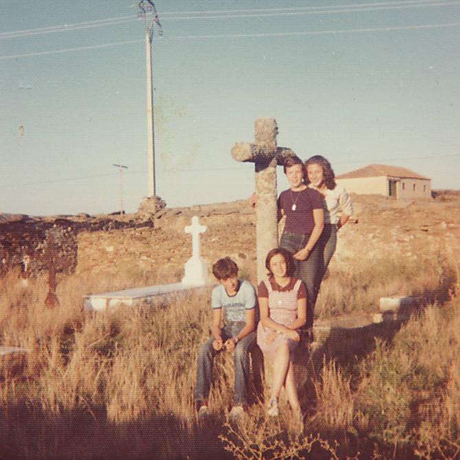 Agosto 1976. (Antiguo cementerio) Manolo, Asun, Laura y Lourdes.