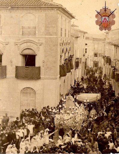 Antigua imagen de la Virgen del Remedio entrando al ayuntamiento