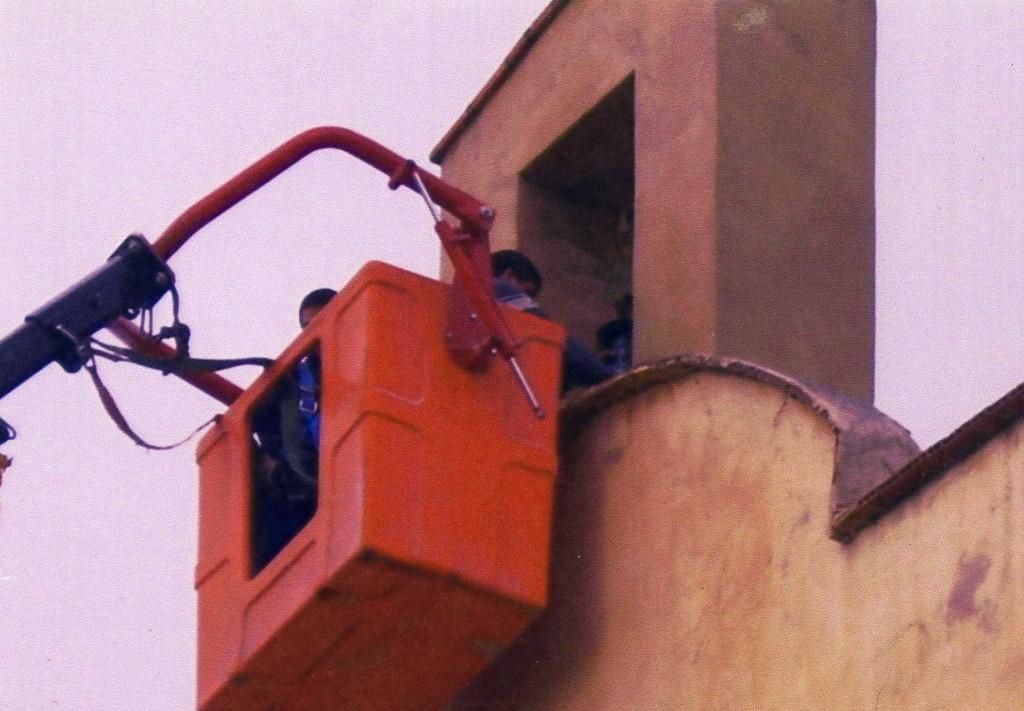 Arreglando la campana del exconvento