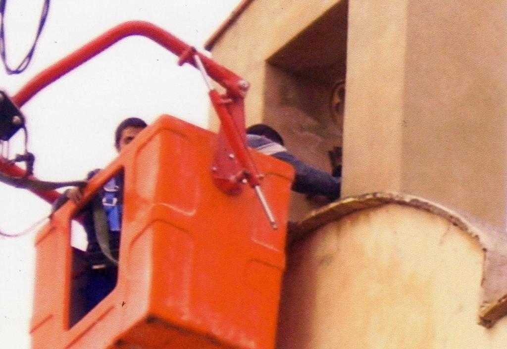 Nuestro cofrade arreglando la campana
