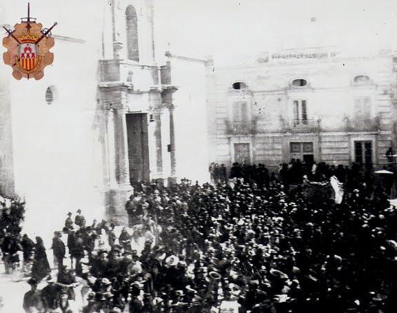 Imagen de los monoveros enfrente de la Iglesia