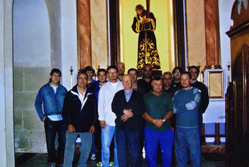 Nuestro cofrade Mayor con mas cofrades frente al altar del Nazareno