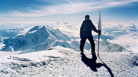私たちはシェルパです。 標高8,848mの世界最高峰エベレストを目指すベテランの登山家でも、偉業を成し遂げるためにはシェルパという現地の案内人のサポートが必要です。  私たちがシェルパを務めます。  頂上にアタックするのは、あなたです。