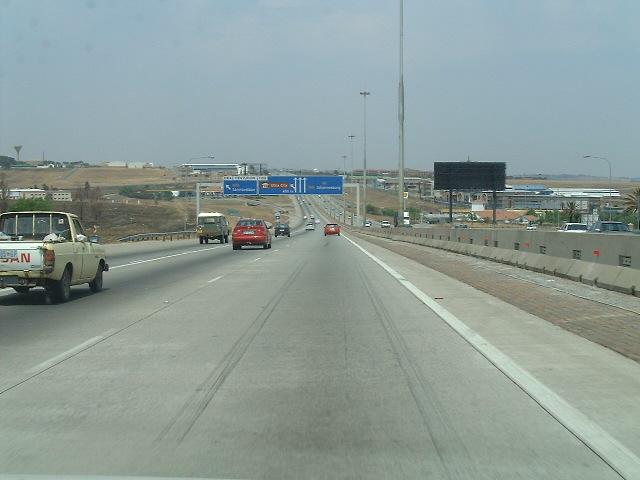 南アフリカ|首都プレトリアからヨハネスブルグに続く国道1号線