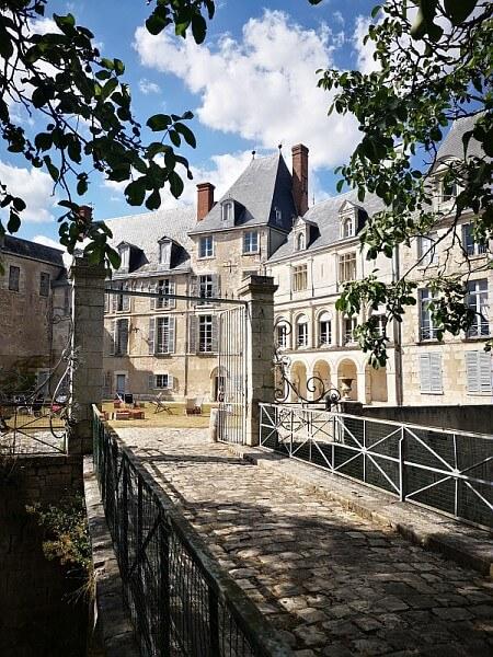 La cour du château de Chamerolles