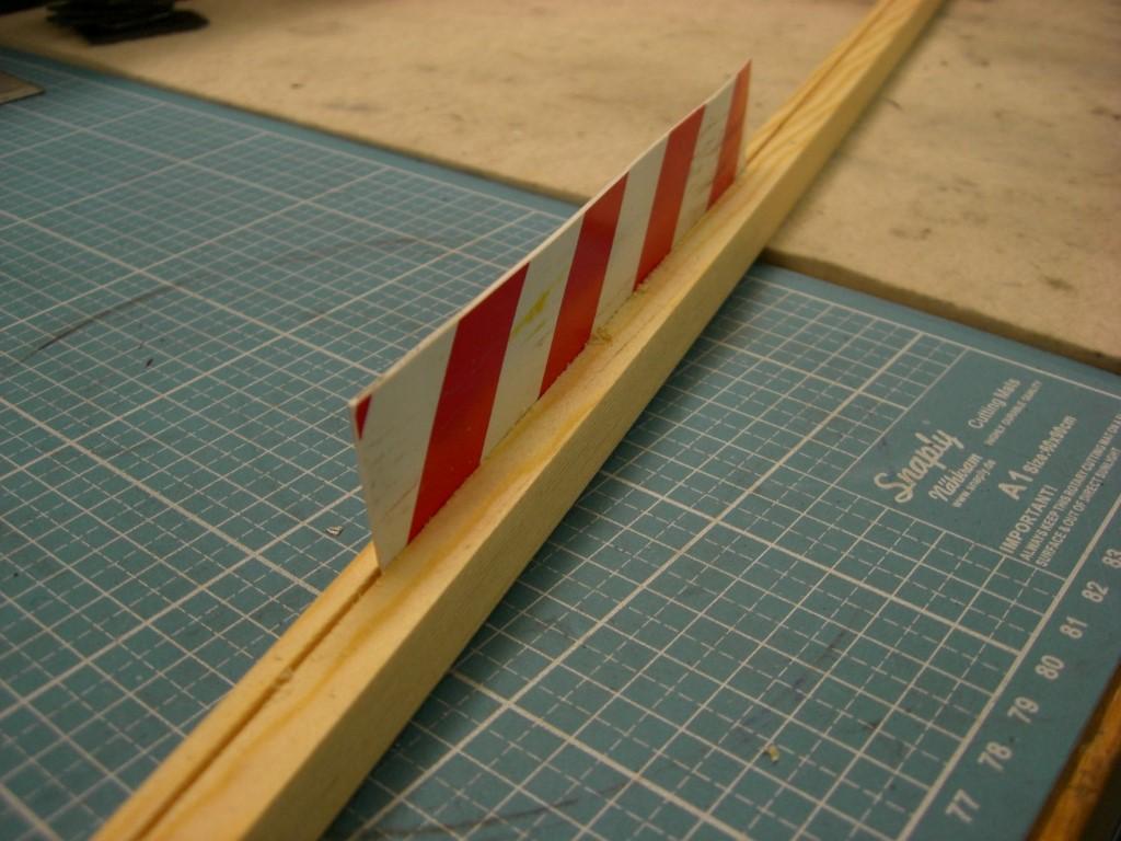 Eine der Seitenleisten - geschlitzt 1,2 mm breit und 3 mm tief für die Leitplanken