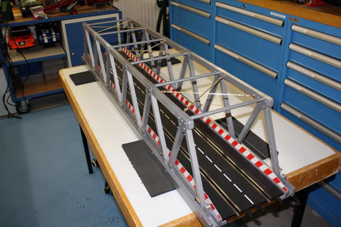 Montage der Querverstrebungen in drei der oberen Brückenfeldern....
