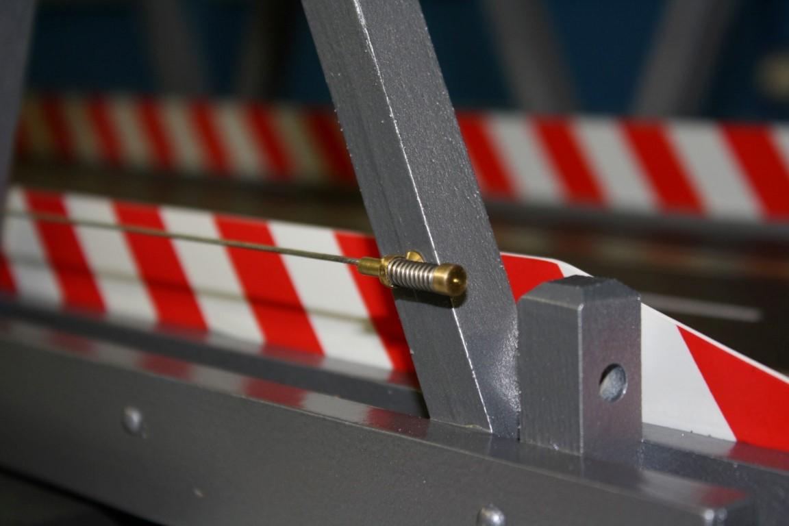 Einsetzen der Seilspanner mit Stahlseil und deren Fixieren....