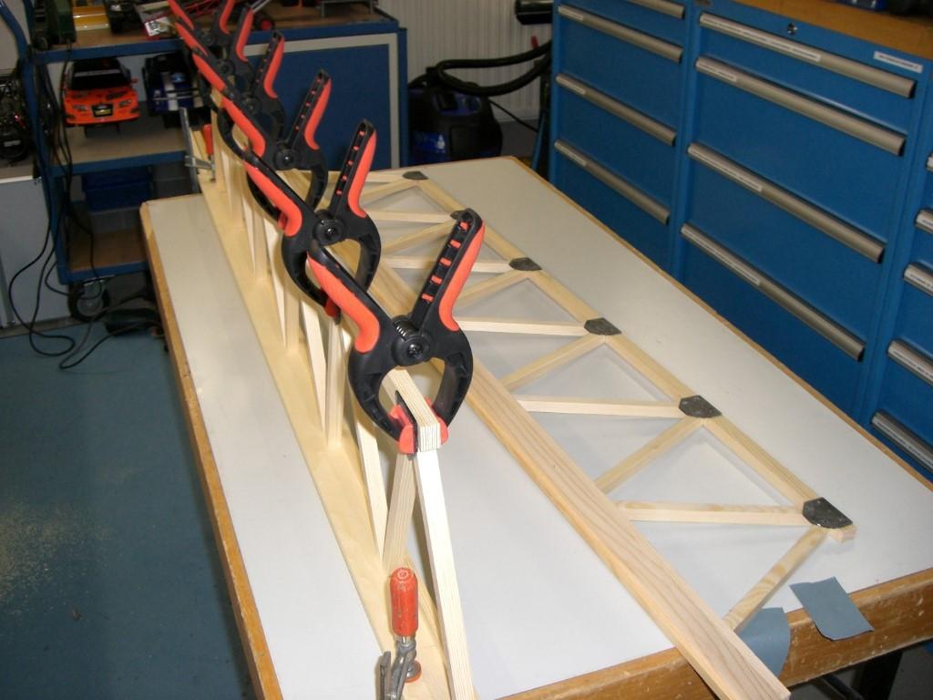 Verkleben der PVC-Halterungen mit 2-Komponentenkleber....