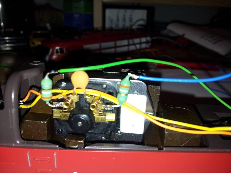 Blaues Kabel an der rechten Drossel am Motorschild anlöten (Isolierhülse/Schrumpfschlauch nicht vergessen)