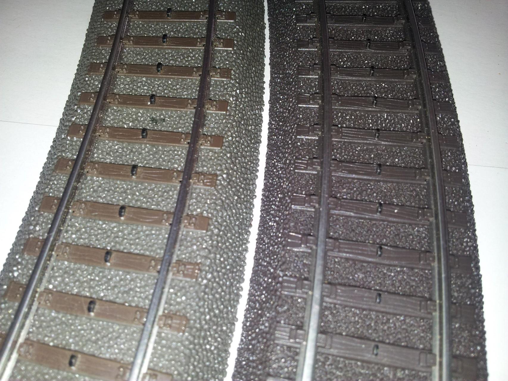 Links das C-Gleis. Böschung in Anthrazit, Schwellen Braun.  Rechts das Alpha-Gleis. Böschung und Schwellen aus einheitlichem, dunklen Braun