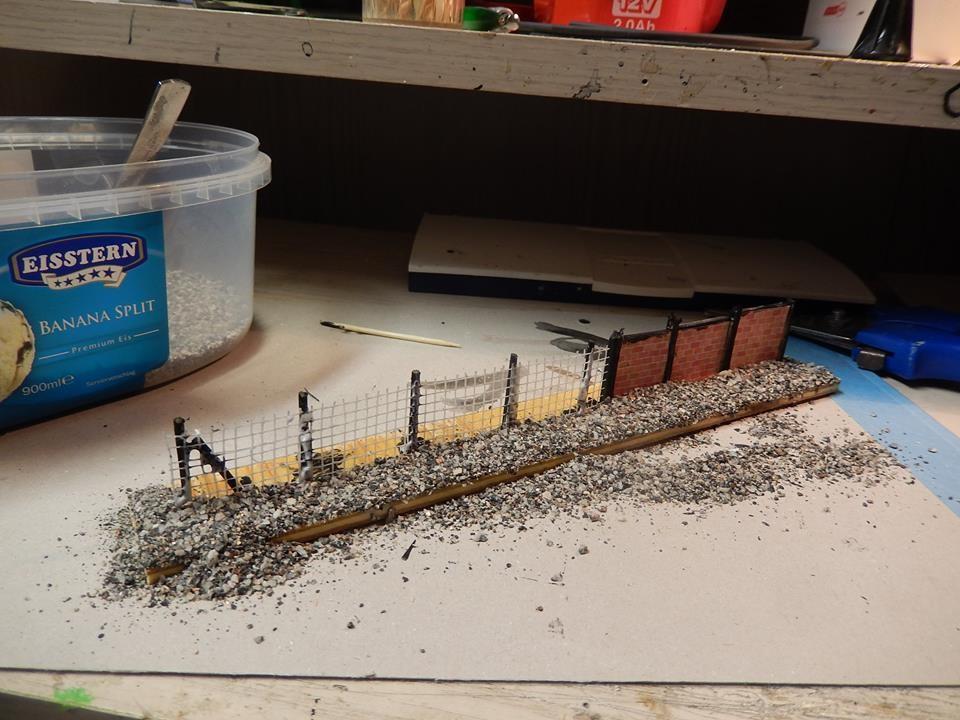 Schotter wird aufgetragen , hier Material aus dem Beton Bau