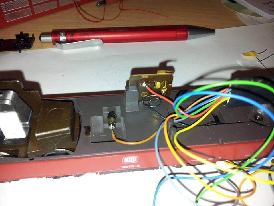 Masse (braun) an das Fahrgestell und Fahrstrom (rot) an den Schleifer anlöten. Hier ist rot an den umschalter Schleifer/Oberleitung angelötet.