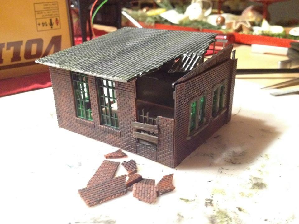 """Übrige Wandteile werden als """"Mauer-Bruchstücke"""" zurechtgeschnitten; ein hinteres Fenster wird """"zugenagelt"""""""