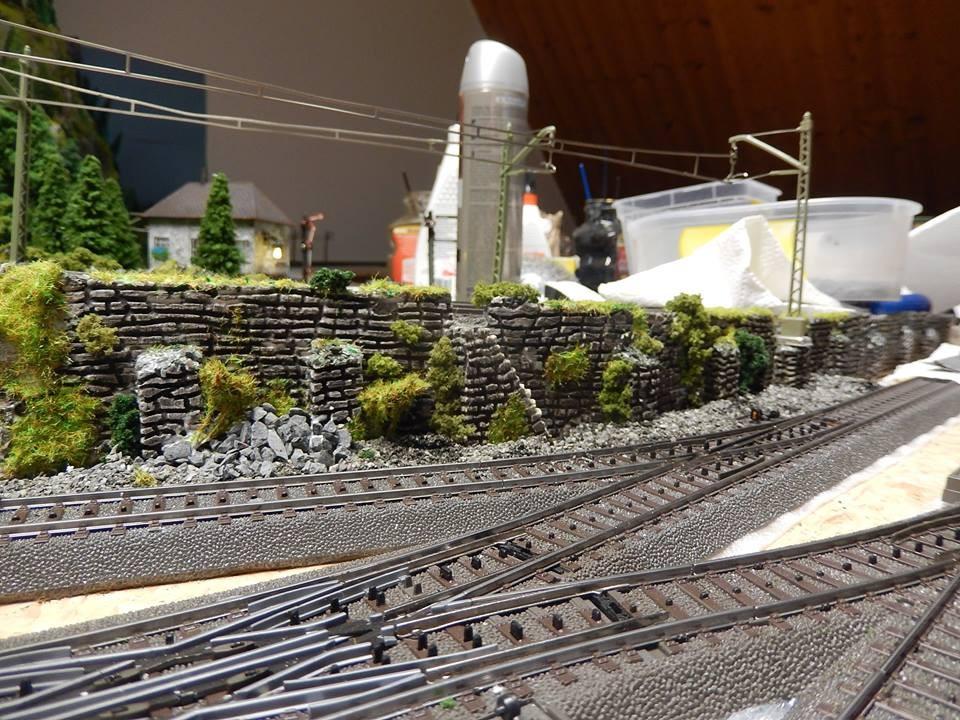Gesamtbild der Stützmauer weiteres Grün folgt . Wir haben fertig