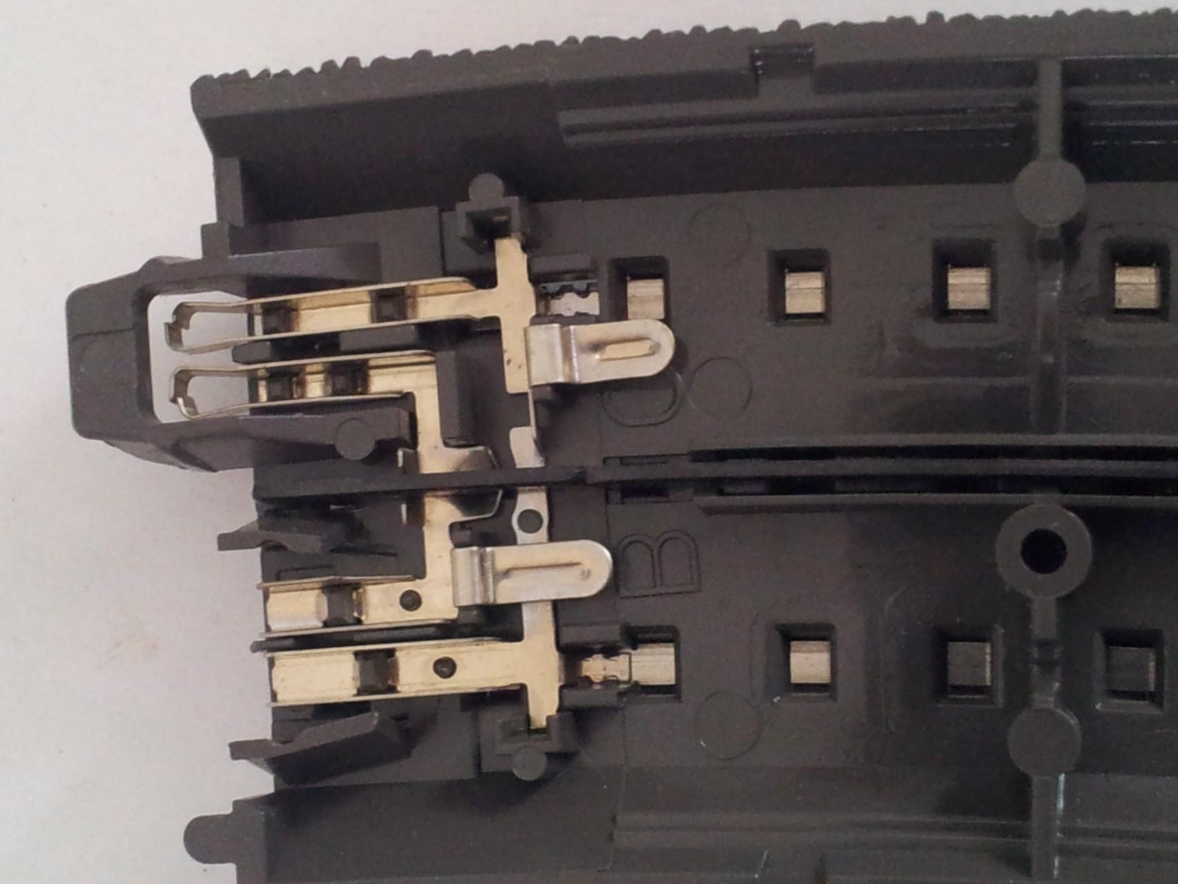 Beim Alpha-Gleis fehlen diese Anschlußzungen. Und auch die stromführenden Teile sind hier aus Kupfer was (in einem späteren Bild) zu weiteren Problemen führen kann
