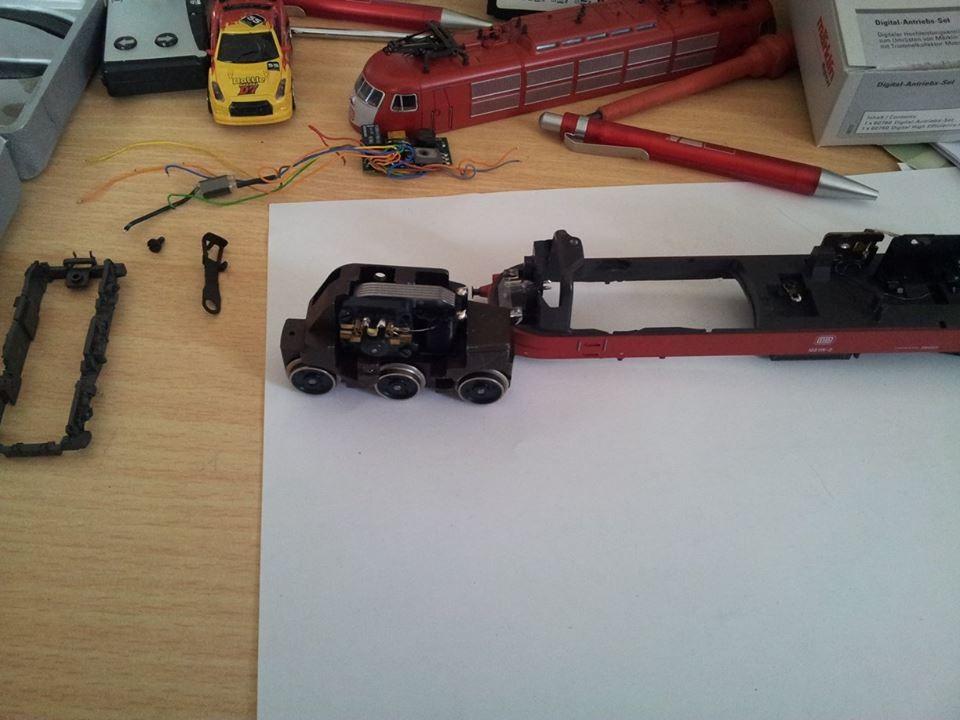 1. Schritt:  Alle Kabel ablöten, Fahrtrichtungsumschalter ausbauen. Danach das Fahrgestell mit dem Motor und Getriebe ausbauen.