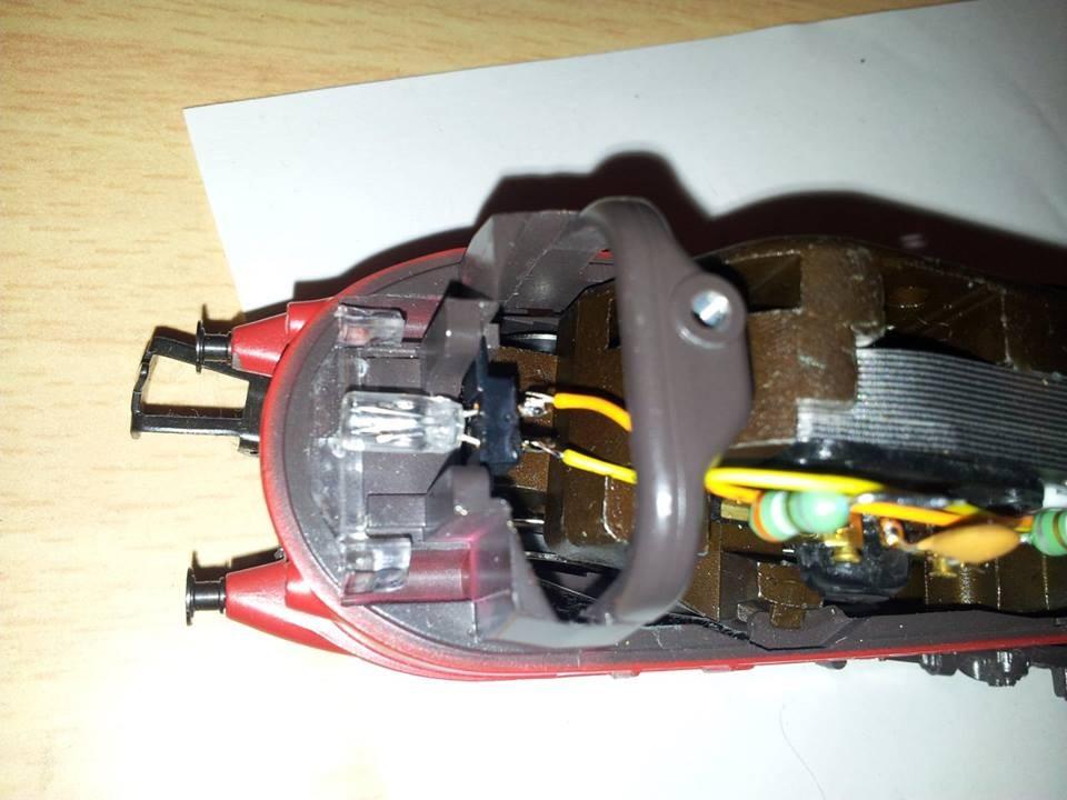 Orange (Rückleiter) und gelb (Fahrlicht Führerstand 2) an das Licht Führerstand 2 anlöten.