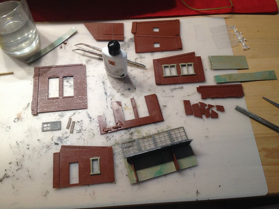 ...und der Faller-Stellwerkseinrichtung werden mit Fenstern versehen