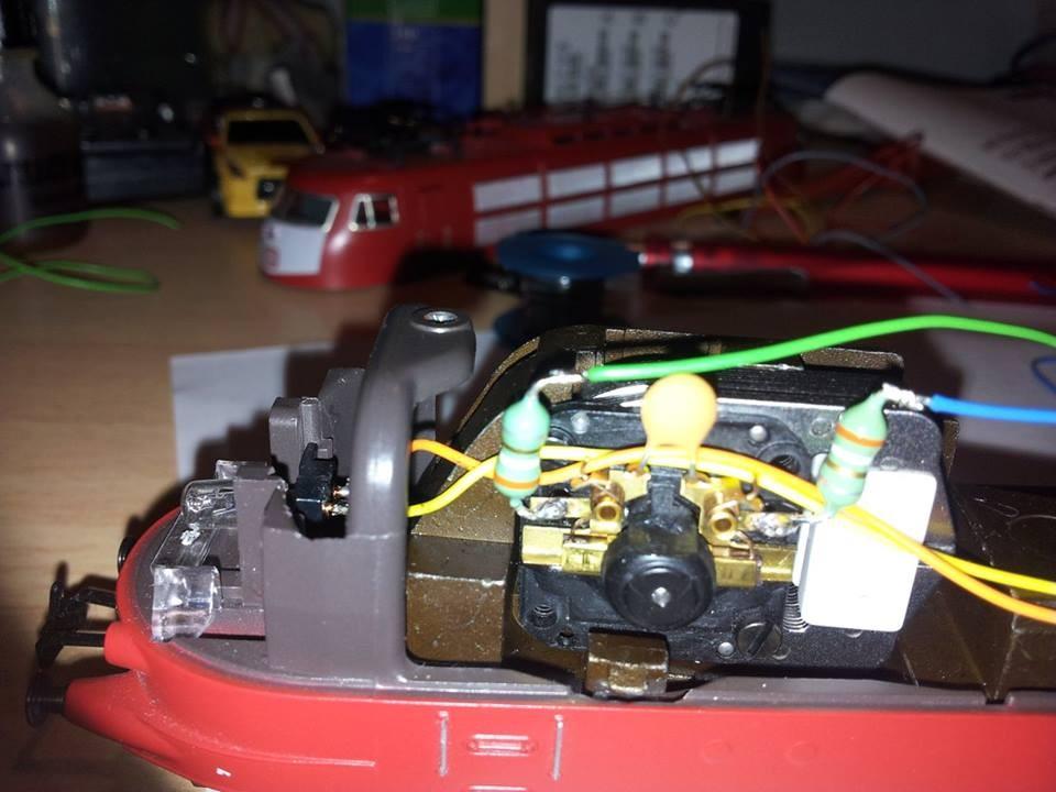 Grünes Kabel an die Drossel links am Motorschild anlöten. (kleine Isolierungshülse/Schrumpfschlauch bitte zuerst über das Kabel setzen Nach dem anlöten wird das etwas schwierig)