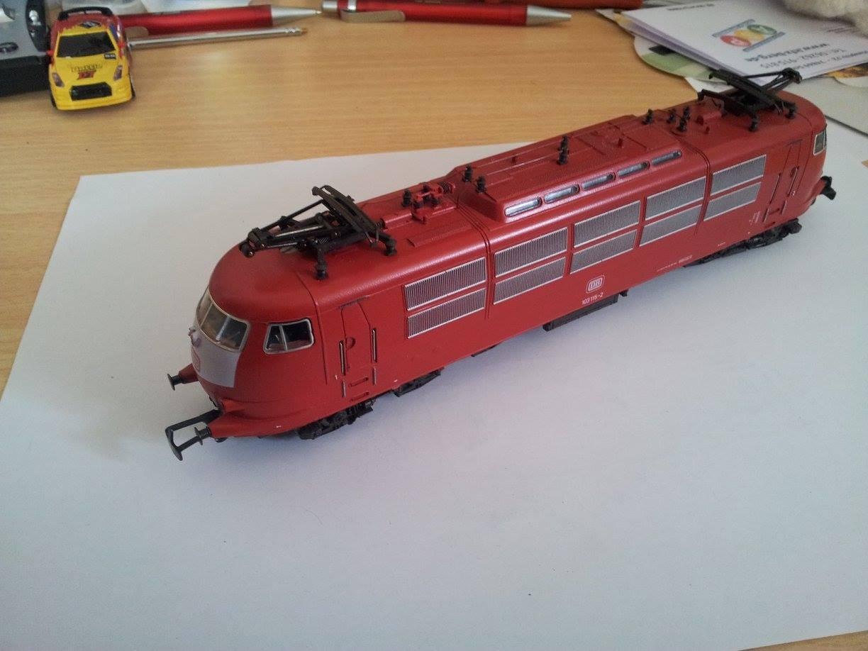 BR103, rot mit weißem Lätzchen