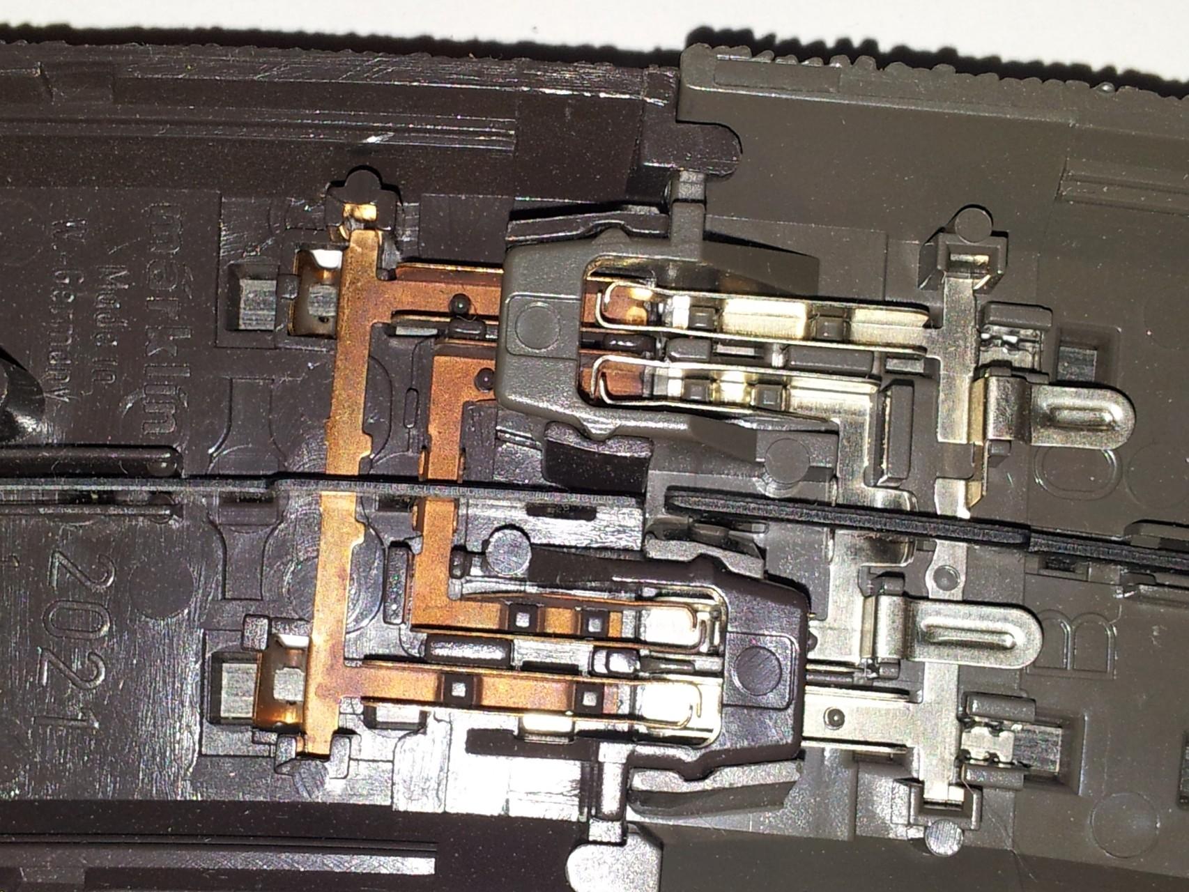 Die Verbindungen passen, nach einer kleinen Modifikation des C-Gleises, perfekt zusammen.  Grund der Modifikation ist eine kleine Nase die das C-Gleis hat aber das Alpha-Gleis nicht