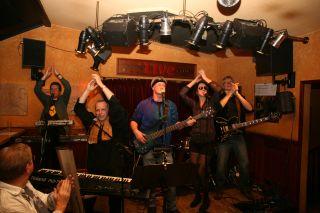 JONES die Funk & Soul Cover-Band und Party-Band aus Hamburg für Club, Strassenfest, Privat- Firmenfeier in Norddeutschland. Groove aus den 70er 80er und aktuellen Jahren.