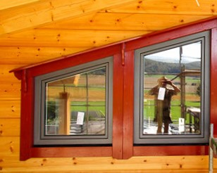 Fenster mit roter Verkleidung - Jedes Holzhaus in Blockhausbauweise  ist ein Unikat - Wir bauen Blockhäuser in ganz Deutschland - Niedersachsen - Sachsen Anhalt - Berlin Brandenburg - Nordrhein Westfalen - Nordrhein Westfalen -Holzhäuser