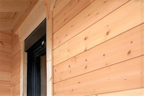 Blockhausbau - Holzhaus in Blockbauweise - Fensterbau - Rollladenkasten - Wohnhaus - Bauen im Winter - Bayern - Holzbau - Hausbau