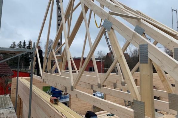 Holzhaus Brandt - Dachkonstruktion des Bungalows wird in errichtet - Der dritte Tag auf der Blockhaus Baustelle in Niedersachsen -  Minden  - Hannover - Braunschweig - Göttingen - Hausbau - Harz - Bungalow - Lüneburg - Bielefeld