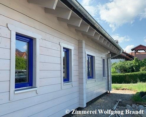 Das ebenerdige Wohnhaus wurde bereits gestrichen und ist bereits außen fertig. Einige Arbeiten werden vom Bauherrn in der Eigenleistung erledigt. Blockhaus Neubau -  Individuelle Blockhäuser in Deutschland - Prenzlau - Hamburg