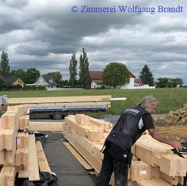 Die Handwerker haben mit der Montage in Bayern begonnen. Holzhaus - Nürnberg - Holzhaus -Blockhaus - Hausbau - Holz - Mannheim - Stuttgart - Karlsruhe - Bauen - Wohnen - Baden Württemberg - Deutschland - Freiburg - Breisgau - Blockhausbauer - Konstanz
