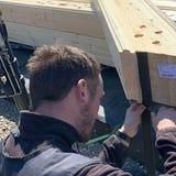 Blockhaus Montage - Hozhäuser Bauen - Dichtungsband wird angebracht - Passgenaue Bauteile - Blockhausbau - Holzhaus in Blockbauweise bauen - Oberhavel - Oranienburg