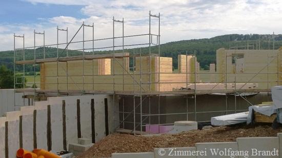 Die Blockhausmontage  mit Profis macht schnelle Fortschritte - Holzhaus - Blockhaus